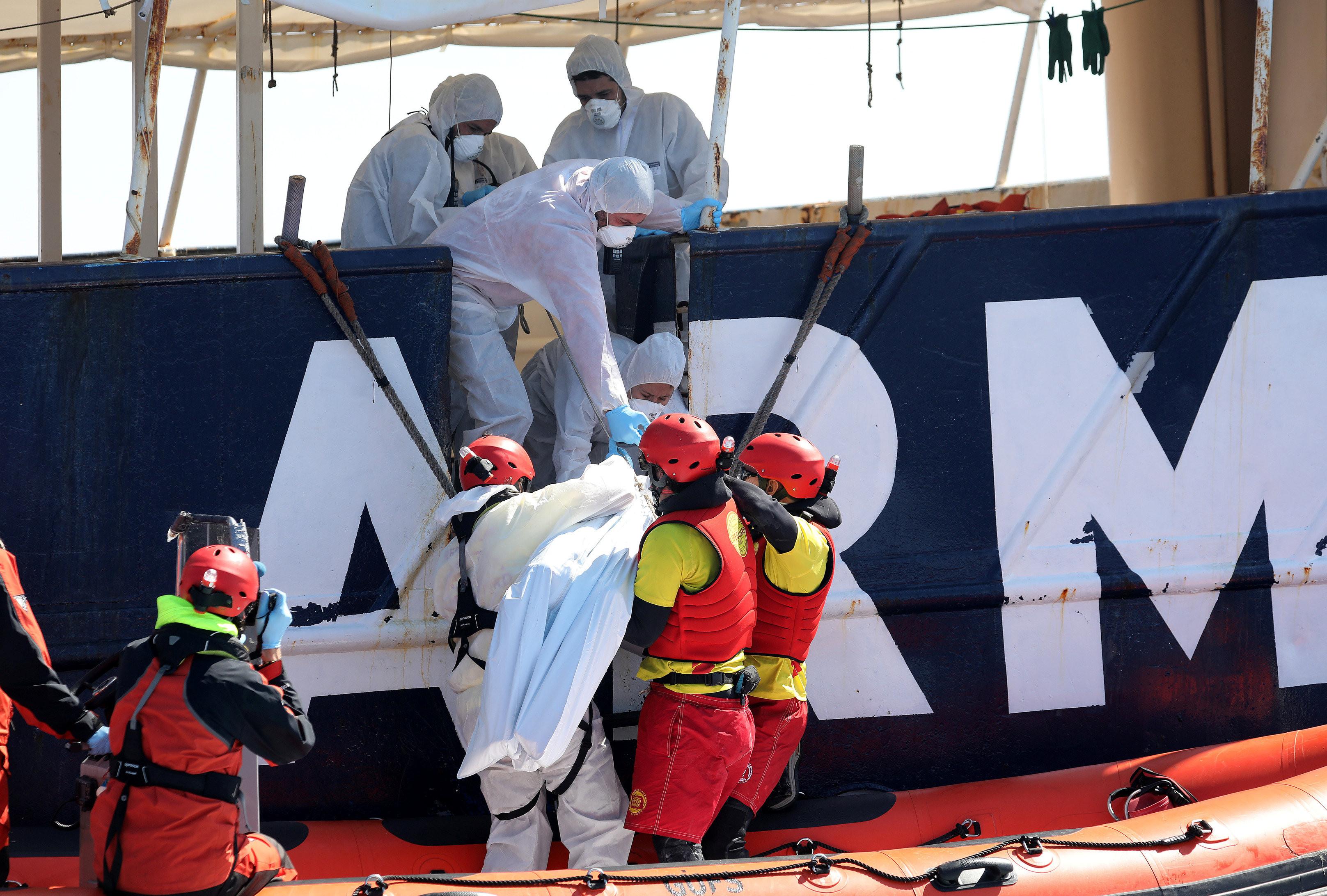 非洲难民想到欧洲谋生.小艇却沉没地中海250人丧命图片
