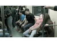 墨西哥捷運設計了一種「大屌座」,讓男性也知道女性被性騷擾的感覺(圖/翻攝自YouTube)