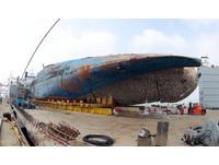 ▲「世越號」目前已運到木浦新港,南韓政府將利用模組運輸車將它從半潛水船移動到碼頭地面上。(圖/路透社)