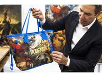 LV與藝術家Jeff Koons合作打造包款。(圖/品牌提供)