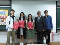 圖一:世新大學陳清河副校長(右二)向香港東華三院馬振玉紀念中學師長致贈禮品。(圖/世新大學提供)