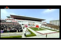 金正恩閱兵不穿「人民服」 帥氣西裝+燦笑對抗美國航母(圖/朝鮮中央電視台)