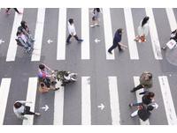 雙向行穿線,斑馬線標字,箭頭提示行走方向,威秀影城前,增加45%穿越速率,行人,過馬路(圖/記者黃克翔攝)
