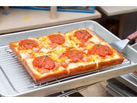 amba台北西門町意舍酒店「吃吧」餐廳自4月7日起,推出紐約當今最夯的「底特律披薩」(Detroit Pizza)。(圖/黃士原攝)
