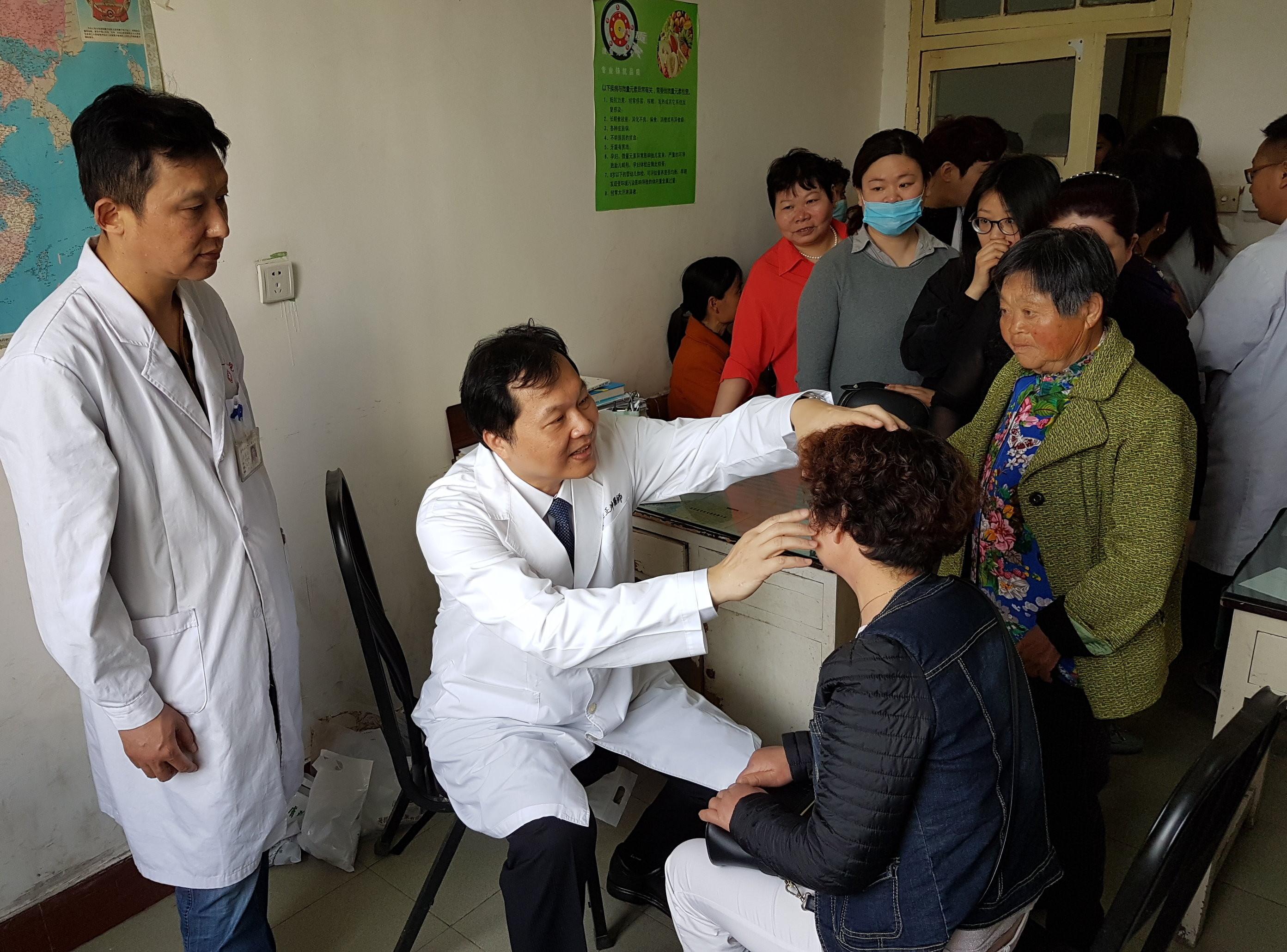 ▲王正坤醫師為患者看診。(圖/王正坤提供)