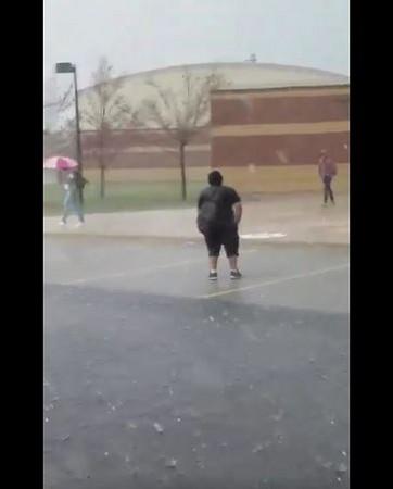 学生雨中漫步撑伞背影