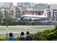 百年靈道格拉斯DC-3雙引擎螺旋槳飛機抵台,4月25日飛抵松山機場,軍用型號C-47運輸機(圖/記者季相儒攝)