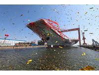 中國大陸首艘自產航母001A號正式下水。(圖/路透社)