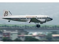 百年靈道格拉斯DC-3雙引擎螺旋槳飛機環遊世界抵台,4月26日於松山機場展示飛行(圖/記者季相儒攝)