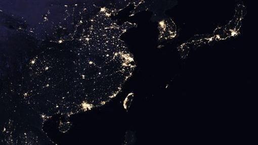 全球夜景圖台灣西岸超亮 網卻專注「這國家」。(圖/取自NASA官網)