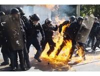 法國巴黎51勞工大遊行發生暴力衝突。(圖/美聯社)