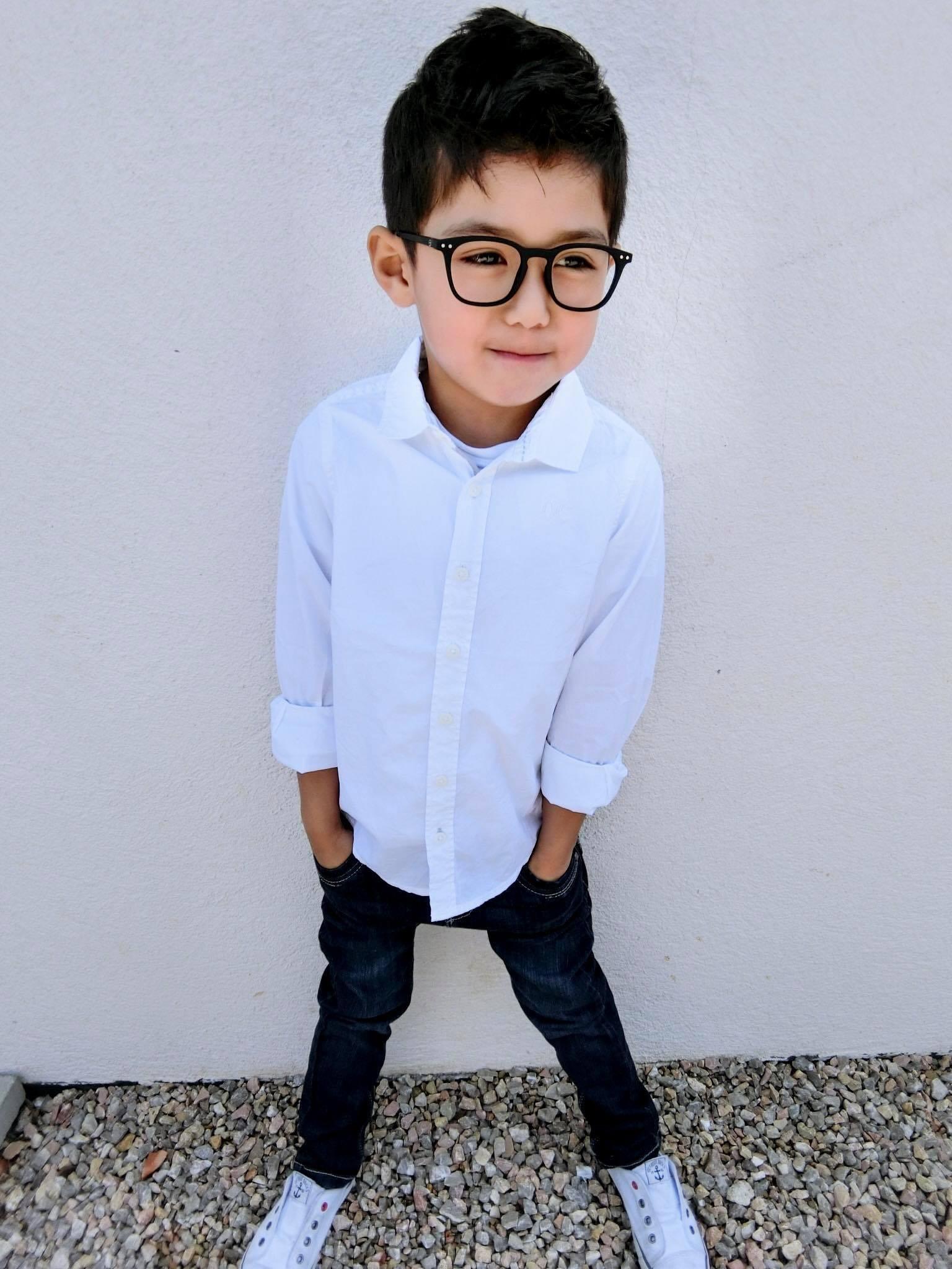 5岁亚历恋爱了! 为可爱小女生「穿白衬衫上学」帅翻