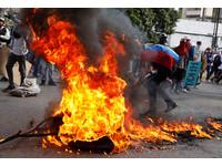 委內瑞拉20萬民眾再度上街頭抗議,現場氣氛火爆。(圖/路透社)