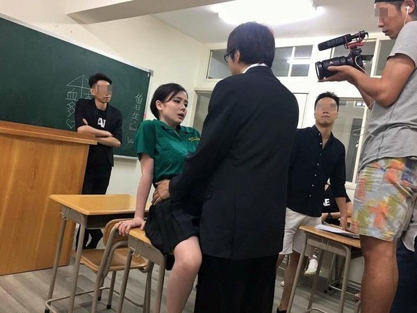 一女多男成人小�_▼吉川与另名「制服男」摆出交媾姿势,惹恼北一女校方.