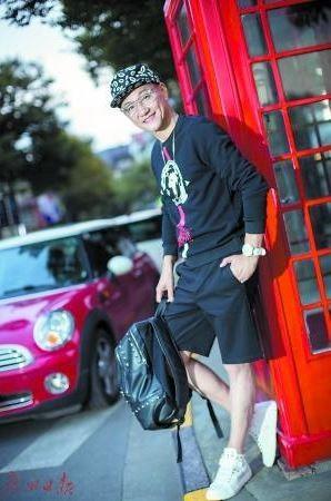 大陆最近风传一组摩登爷爷的照片,主角是住在上海的胡海,他今年66岁