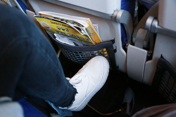 不該在飛機上做的事,踢前方座位椅背,踢椅背,公德心(圖/記者林世文攝)