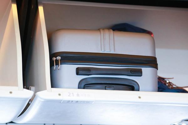 不該在飛機上做的事,沒有妥善利用上方行李櫃,飛機行李櫃,機艙行李櫃,飛機置物櫃,機艙置物櫃,手提行李(圖/記者林世文攝)