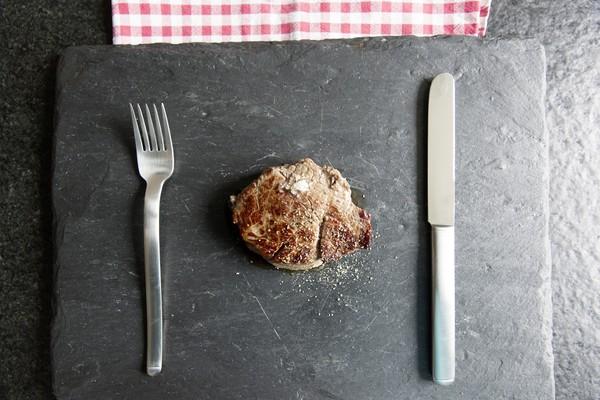 牛排,餐盤,刀叉。(圖/取自librestock網站)