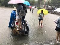 ▲輔大淹水,工友雨中運人。(圖/網友提供)