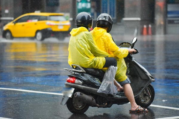 ▲下雨,雨天,天氣,積水,豪大雨,雷陣雨,梅雨,降雨,氣象,行車安全,雨天行車,交通安全,機車(圖/李毓康記者攝)