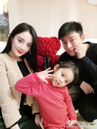 ▲李小璐和老公賈乃亮結婚7年,育有可愛女兒甜馨。(圖/翻攝自李小璐微博)