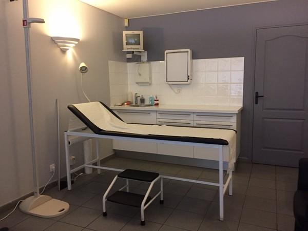 病人躺在診療床上讓醫生檢查