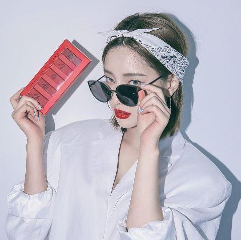 襯衫千篇一律好無聊?幫嘴唇換顏色就對了。(圖/翻攝自Instagram)