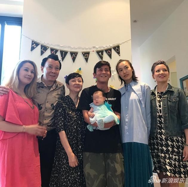 ▲陳冠希抱著女嬰辦百日宴。(圖/翻攝自《新浪娛樂》)