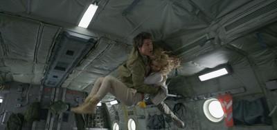 為了拍攝這場墜機戲,演員及攝影團隊在空中進行了64次的無重力拍攝。