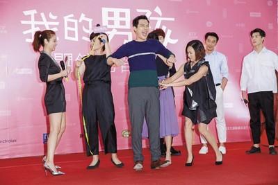 最近高聖遠(左三)人在台灣忙拍林心如(左一)的新戲《我的男孩》,但對於周迅會不會來探班,始終避重就輕,不願多提。