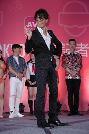 性愛帝王加藤鷹比出傲人「金手指」,他靠這兩根賺兩億日幣。