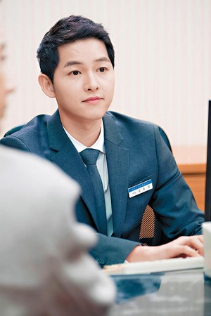 宋仲基(圖)與編劇金元碩合作《太陽的後裔》成為好友,義氣客串《MAN×MAN》飾演銀行員,反映韓國年輕人的生活困局。