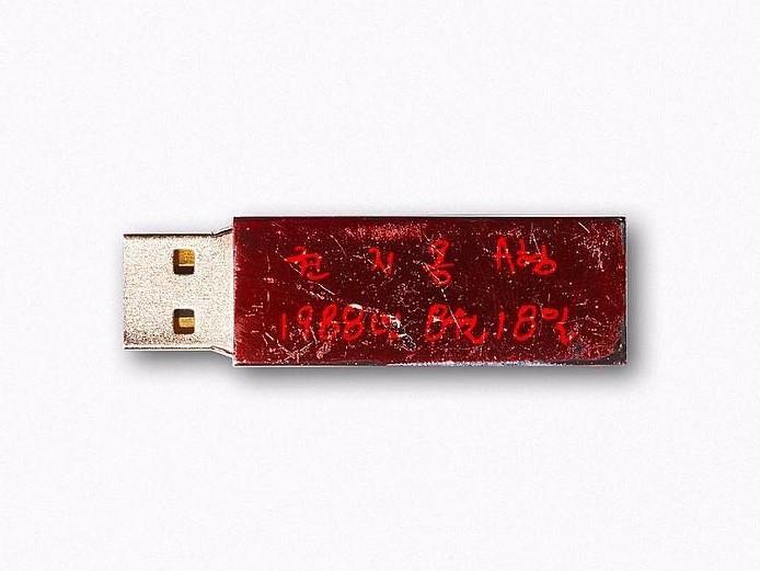 ▲GD USB碰水就掉漆! 背後含義「跟母胎有關」超強大。(圖/翻攝自GD IG)