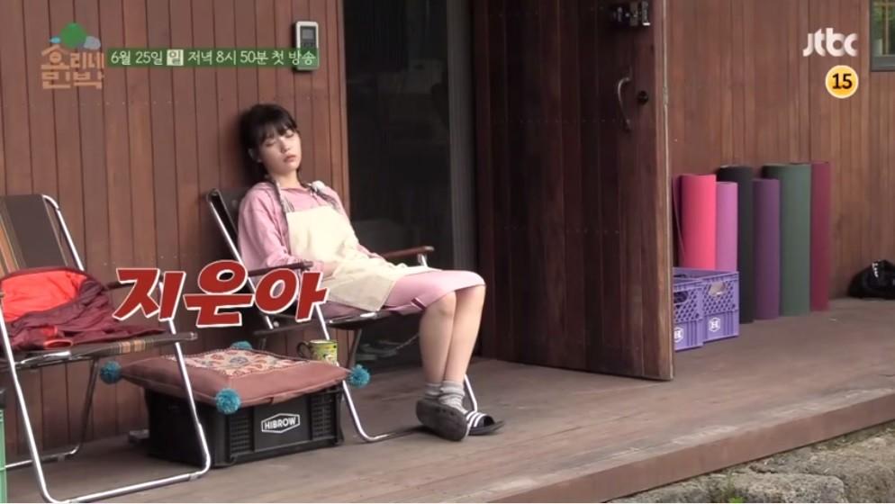 ▲▼IU上班偷打瞌睡 聽到「知恩啊~」秒裝清醒答有好萌。(圖/翻攝自YouTube tvN)