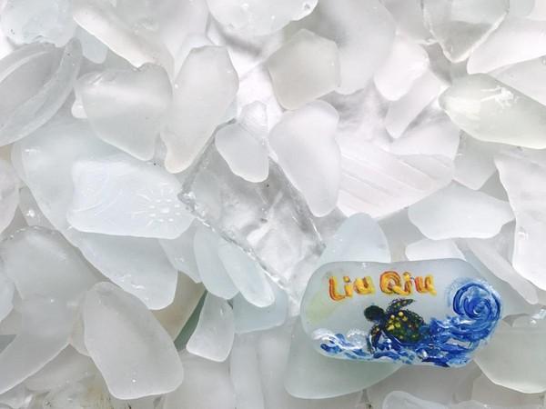 這些「海灘貨幣」是用沙灘上撿拾到的碎玻璃製成。