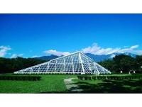 ▲知卡宣綠森林親水公園有迷你版羅浮宮金字塔。(圖/網友提供,請勿隨意翻拍,以免侵權。)