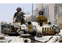 ▲▼伊拉克政府軍對摩蘇爾舊城區的IS份子發起進攻。(圖/路透社)