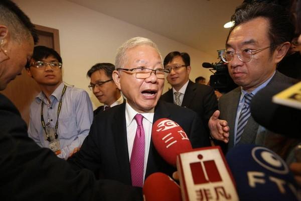 永豐金去年接連爆發弊案,何壽川在股東會上遭股東砲轟。