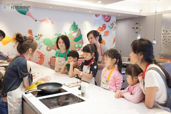 近年王正明和女兒又在桂冠大樓經營窩廚房,結合桂冠食品帶領學員烹煮創意料理。(桂冠窩廚房提供)