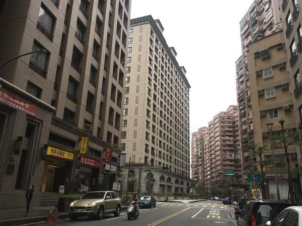 ▲房市買氣趨緩,使建案銷售期拉長,北台灣銷售中建案數量居高不下。(圖/記者葉佳華攝)