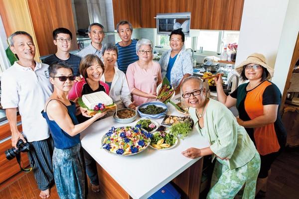 移居池上2年來,莊月嬌(右2)結識了一群志同道合的朋友,號稱「池上美食班」,一群人三不五時切磋廚藝,分享喜樂。