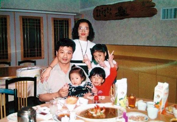 1994年前後,莊月嬌(中)、第二任前夫(左)以及3個女兒的全家福。(莊月嬌提供)