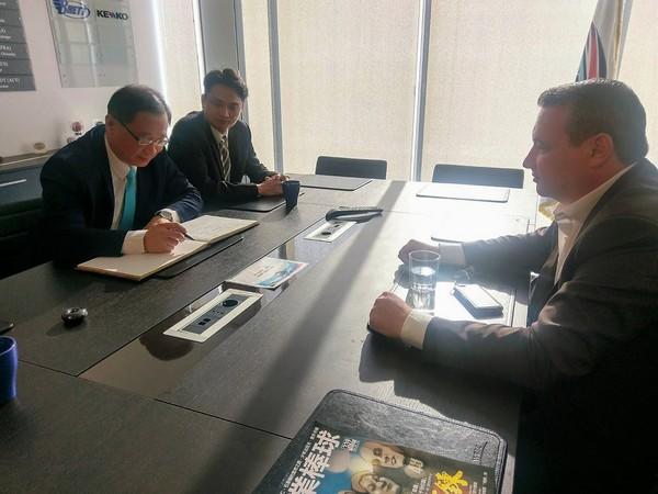 ▲中職會長吳志揚(右)拜會WBSC秘書長Michael Schmidt(左)。(圖/中華職棒提供)