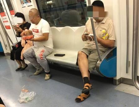 ▲▼地鐵驚見「女下男上最狂坐姿」。(圖/翻攝網路)