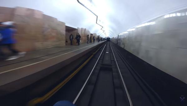▲▼「火車衝浪」尋快感 戰鬥民族少年趁中途停靠攀車頭。(圖/翻攝自Alex Nomernoy Youtube)