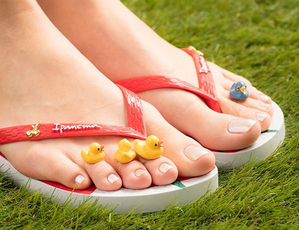 夏天需要缤纷的色彩来点缀脚趾,小鸭脚戒好可爱.(图/品牌提供)