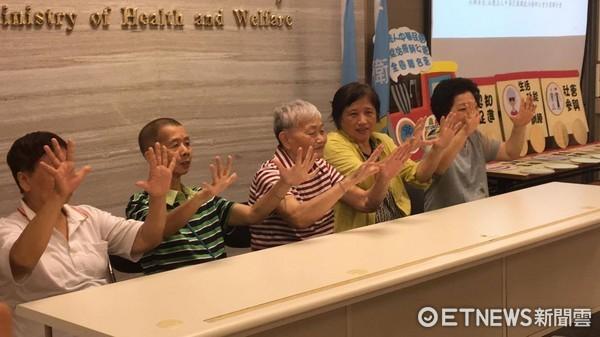 ▲僅數週沒上職能治療課 84歲奶奶失智從「輕度變中度」。(圖/記者嚴云岑攝)