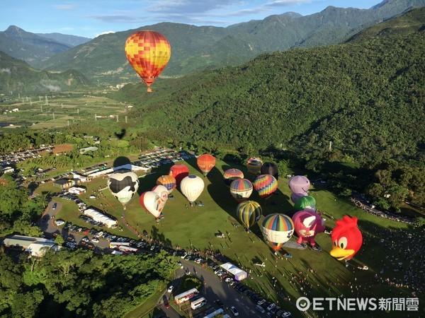 「萬球齊飛」的壯麗場面,在台東鹿野的天空展現,來自國內外20顆五彩繽紛的熱氣球陸續昇空。(圖/台東縣政府提供)