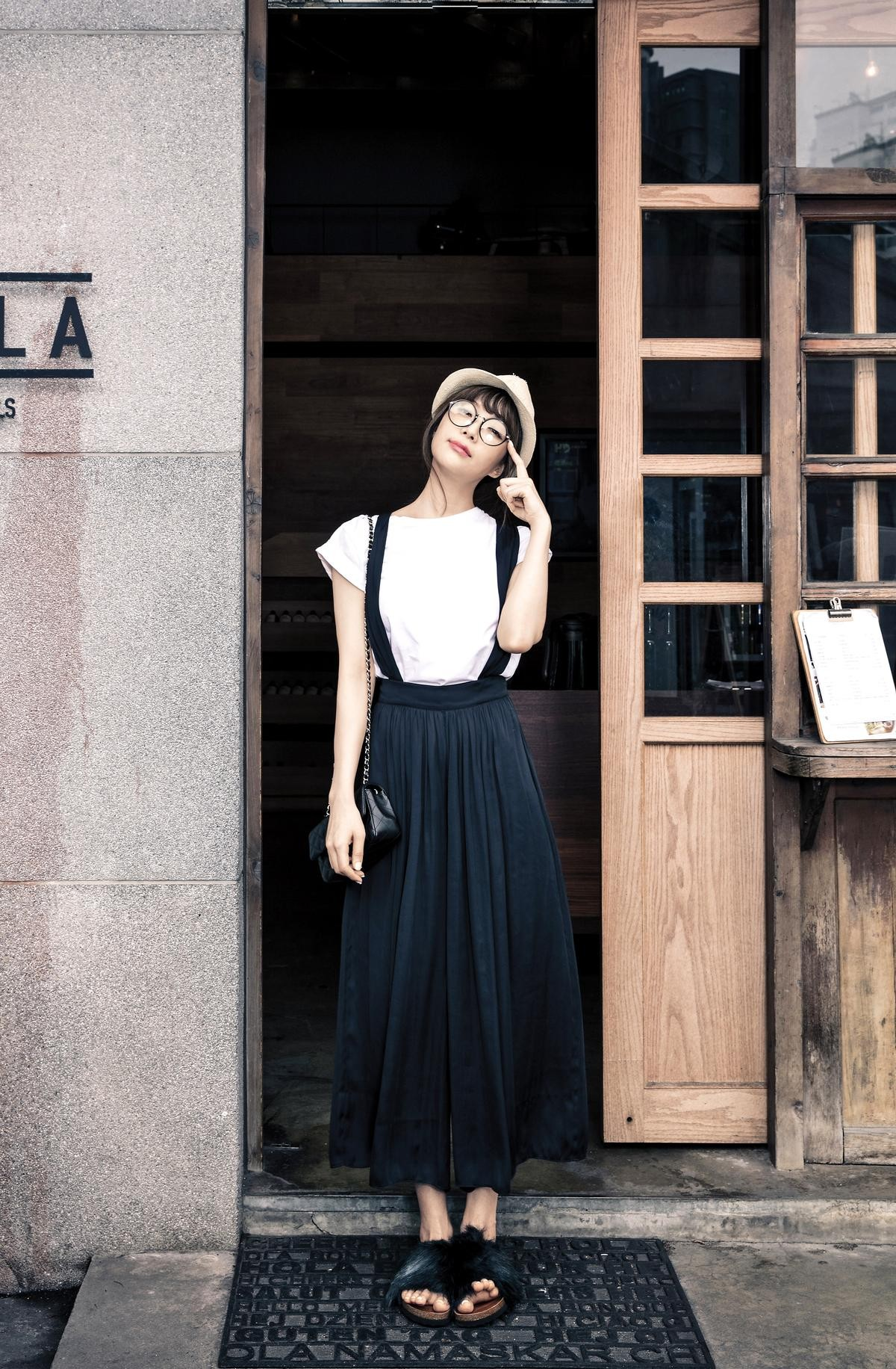 ASOS白色T-Shirt。 約NT$300| ZARA黑色吊帶 寬版褲。 約NT$1,900 |ZARA毛毛拖鞋。 約NT$1,500