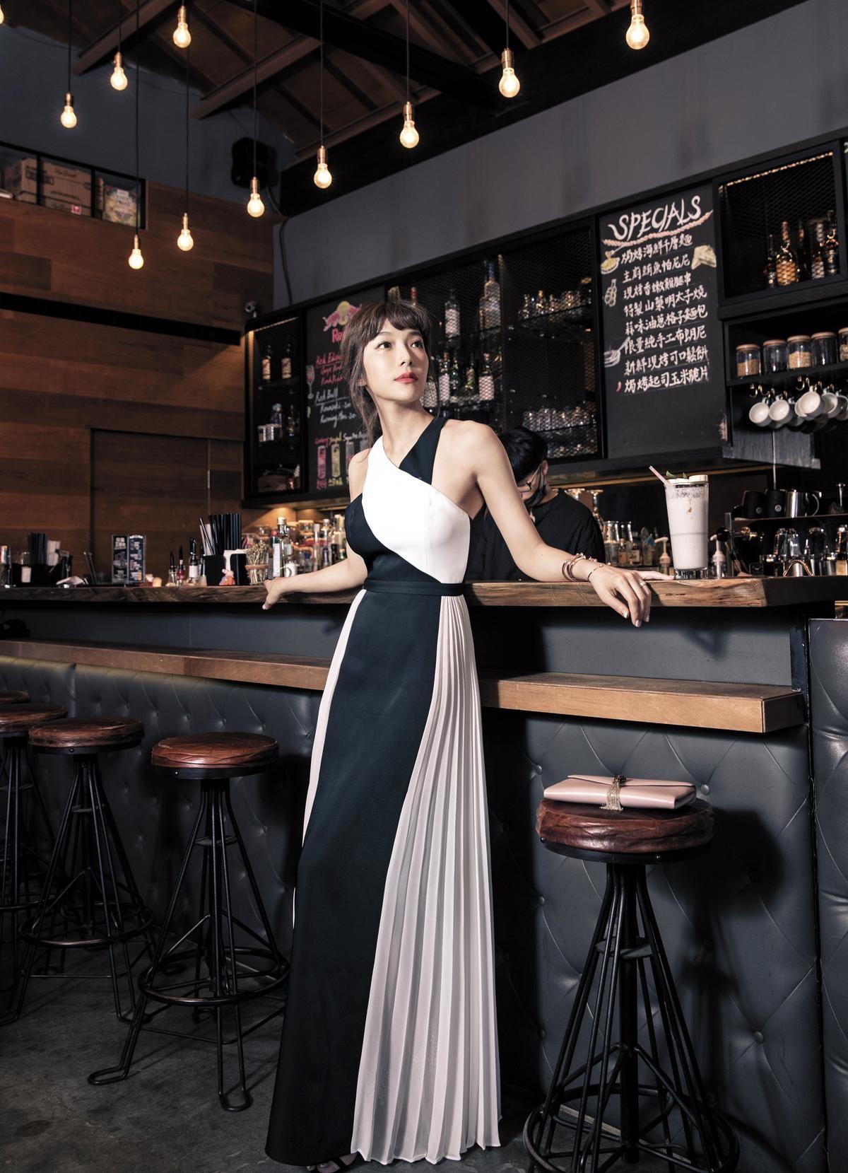 BCBGMAXAZRIA 黑白褶飾晚裝。 NT$21,900|PIAGET Possession 旋轉系列手鐲。 各約NT$111,000至 NT$359,000不等